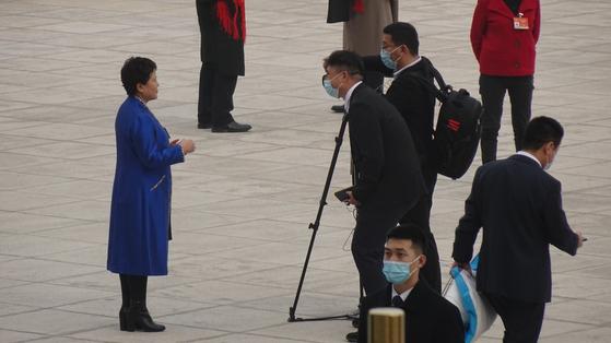 지난 4일 오후 2021년 전국정치협상회의 개막식을 마치고 인민대회당을 나서는 정협 대표를 중국 현지 기자가 인터뷰하고 있다. 신경진 기자