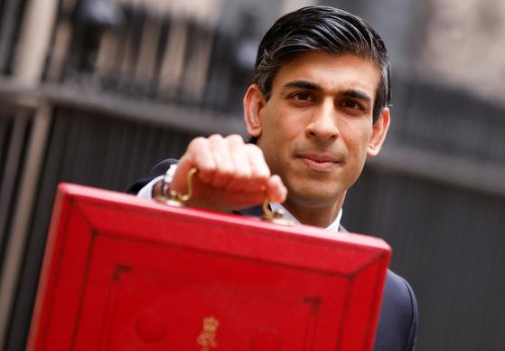 리시 수낙 영국 재무장관이 올해 예산안이 담긴 '레드 박스'를 들고있다. 로이터=연합뉴스