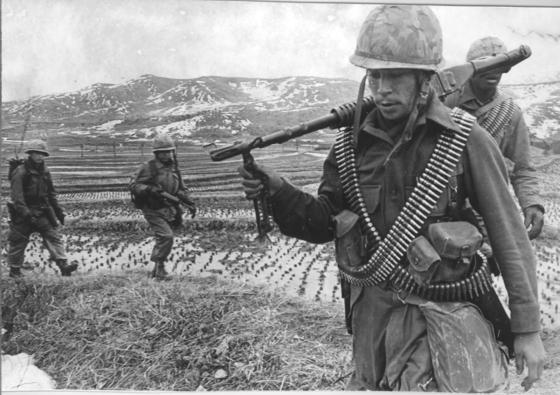 1969년 처음 실시한 한미 연합 대규모 연습인 '포커스 레티나'에 참여한 미 공수부대 대원이 이동하고 있다. 이들은 미 본토에서 전략 수송기를 타고 날아왔다. 중앙포토
