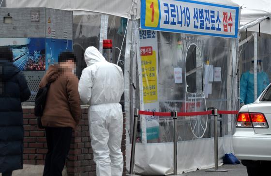 신종 코로나바이러스 감염증(코로나19)이 확산하고 있는 가운데 7일 대전의 한 보건소 코로나19 선별진료소에서 의료진들이 방문한 시민들을 분주히 검사하고 있다. 중앙포토