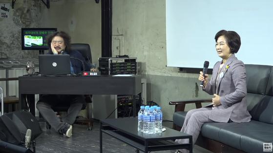추미애(오른쪽) 전 법무부장관이 지난 5일 오후 공개된 '김어준의 다스뵈이다'에 출연했다. 왼쪽은 진행자 김어준. [유튜브 캡처]