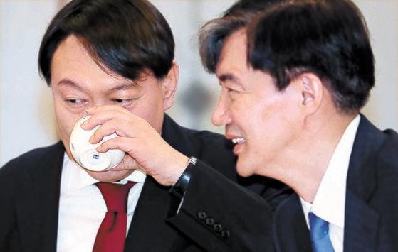 조국 당시 민정수석과 윤석열 검찰총장. 중앙포토