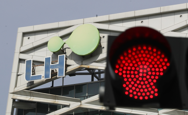 지난 3일 오후 경남 진주시 충무공동 한국토지주택공사(LH) 본사 앞에 빨간 신호등이 켜 있다. 연합뉴스