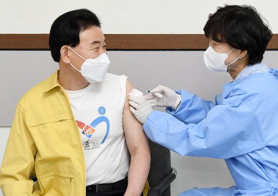 박용갑 대전 중구청장이 지난 6일 지역 보건소에서 아스트라제네카 백신을 접종하고 있다. 사진 대전 중구