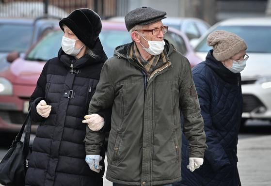 3일(현지시간) 러시아 모스크바에 마스크와 장갑을 착용한 시민들이 거리를 걷고 있다. AFP=연합뉴스