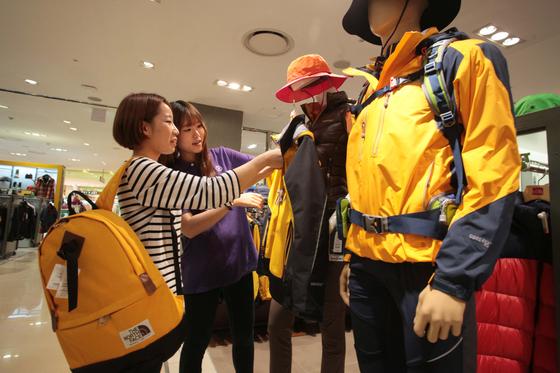 서울 중구 신세계백화점 본점의 아웃도어 매장에서 한 여성 고객이 등산복을 살펴보고 있다. [사진 신세계백화점]