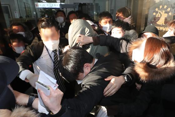 정인이(가명) 양부 안모씨가 지난 2월 17일 오후 서울 양천구 서울남부지방법원에서 열린 아동복지법위반 등 2차 공판기일을 마친 뒤 시민들의 항의를 받으며 법원 청사를 나서고 있다. 뉴스1
