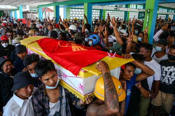 3일(현지시간) 미얀마 최대도시 양곤에서 반 쿠데타 시위에 참가했다가 군의 무력 진압에 사망한 여성 쥐 텟 소에의 장례식이 5일 열렸다. [AFP=연합뉴스]
