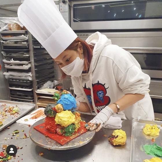 케이크를 만들고 있는 솔비. 인스타그램 캡처