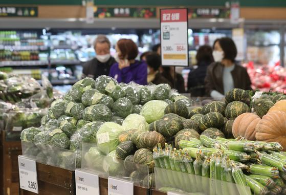 지난 4일 오후 서울 시내 대형마트에서 시민들이 식재료를 고르고 있다. 연합뉴스