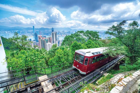 입국자에 대한 2주 자가격리 방침이 지속되는 가운데 이색 해외여행 상품이 속속 등장하고 있다. 사진은 홍콩 빅토리아 피크로 올라가는 피크트램. 사진 홍콩관광청