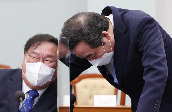 더불어민주당 이낙연 대표(오른쪽)와 김태년 원내대표가 8일 오후 청와대에서 열린 법무부·행정안전부 업무보고에서 대화하고 있다.