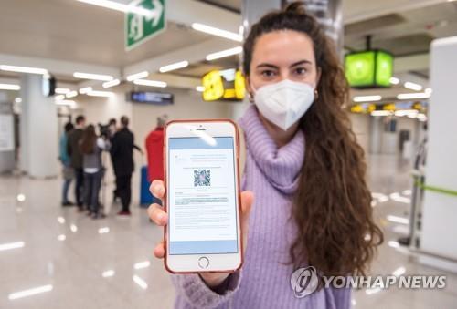 신종 코로나바이러스 감염증(코로나19) 음성 QR 코드 보이는 스페인 여행객. EPA=연합뉴스