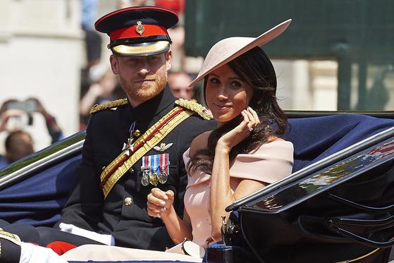 2018년 여왕의 생일을 기념한 퍼레이드 때 해리 왕자와 마클 왕자비의 모습. AFP=연합뉴스