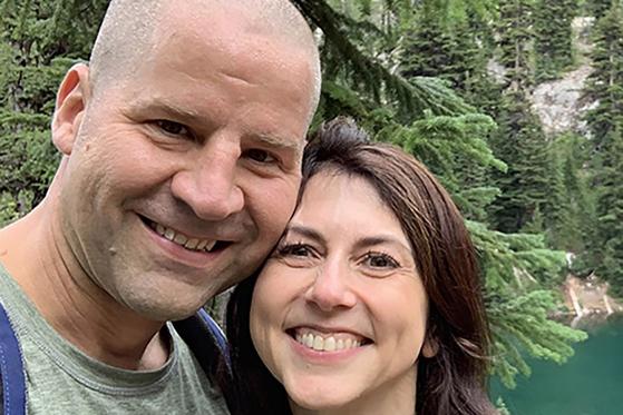 월스트리트저널(WSJ) 등은 7일(현지시간) 자선사업가 메켄지 스콧이 사립학교 과학 교사인 댄 제웻과 재혼했다고 보도했다. [기빙 플레지 갈무리]