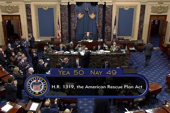 미국 상원은 지난 6일 찬성 50표, 반대 49표로 경기 부양법안을 통과시켰다. [로이터=연합뉴스]