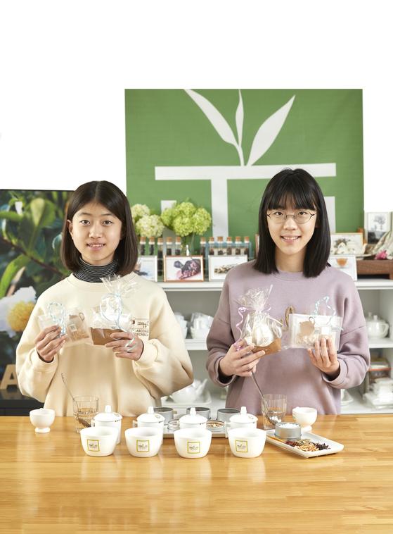 정혜원(왼쪽)‧박지민 학생기자가 청소년 티 소믈리에로 변신해 티 테이스팅을 한 뒤, 직접 블렌딩해 나만의 티백을 만들어봤다.