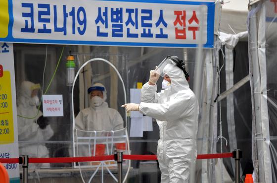 신종 코로나바이러스 감염증(코로나19)이 확산하고 있는 가운데 7일 대전의 한 보건소 코로나19 선별진료소에서 의료진들이 방문한 시민들을 분주히 검사하고 있다. 김성태 기자