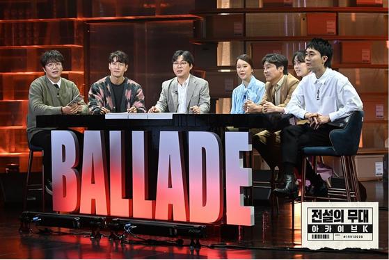 '전설의 무대 아카이브K'에서 한국형 발라드의 계보에 대해 이야기를 나누고 있는 가수들. [사진 SBS]