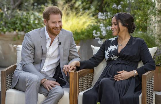 영국 해리 왕자와 부인 메건이 오프라 윈프리와 인터뷰하며 웃고 있다. 메건은 두번째 임신 중. 딸이라고 밝혔다. 연합뉴스