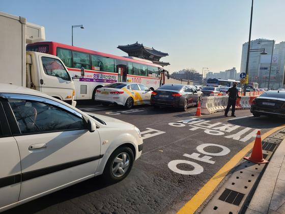 광화문 광장 서측도로가 폐쇄된 이후 첫 평일을 맞은 8일, 광화문 곳곳에서 교통체증·혼선이 빚어졌다. 권혜림 기자