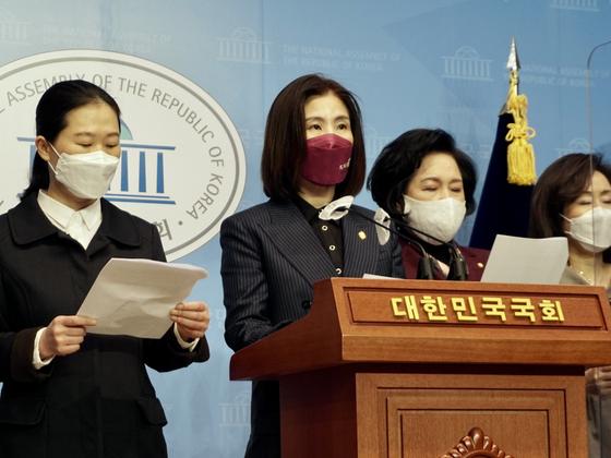 김미애 국민의힘 의원이 8일 국회에서 기자회견을 열고 있다. 사진 김미애 의원실