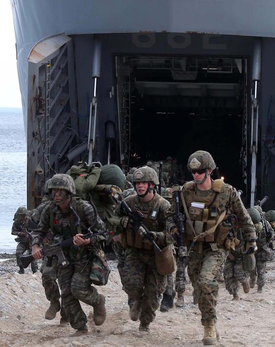 2013년 4월 한미 연합훈련에 참가한 양국 해병대가 포항시 해안에 상륙하고 있다. 송봉근 기자