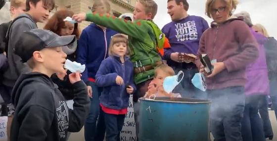 7일(현지시간) 워싱턴포스트는 미국 아이다호주에서 어린이들까지 참여한 마스크 화형식이 열렸다고 보도했다. 마스크를 불 속에 집어 넣는 아이들의 모습. [트위터]