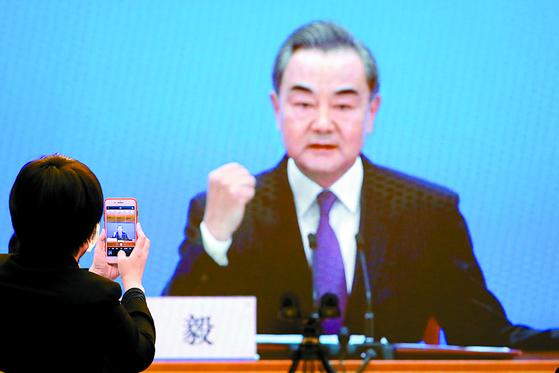 7일 베이징 미디어센터에서 왕이 중국 국무위원 겸 외교부장이 연설하는 장면을 카메라가 잡고 있다. [로이터=연합뉴스]