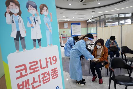 5일 서울 성북구 보건소에서 코로나19 백신 접종이 진행되고 있다. 뉴시스