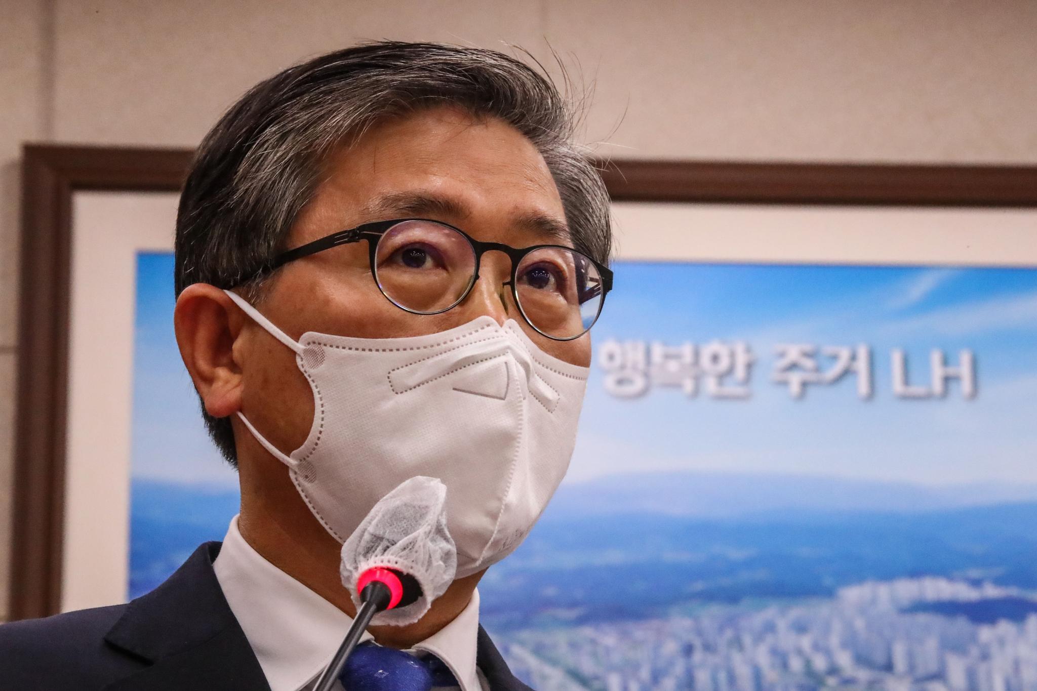 변창흠 국토교통부 장관이 9일 국회에서 열린 국토교통위원회 전체회의에서 현안 보고를 하고 있다. 연합뉴스