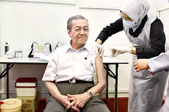 96세 마하티르 접종 인증샷