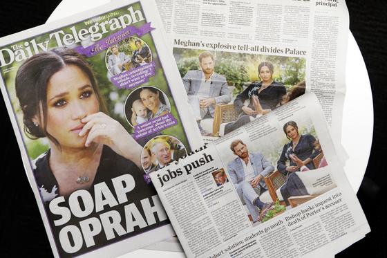 8일(현지시간) 영국 일간지 1면을 장식한 해리 왕자와 메건 마클 왕자비의 인터뷰 기사. 영국 언론들은 해리 왕자 부부의 인터뷰가 왕실에 큰 타격을 줄 것이라고 보도했다. [AP=연합뉴스]