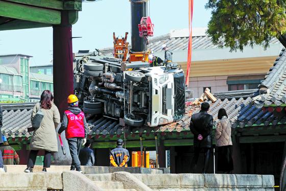 [사진] 문묘 동삼문에 떨어진 사다리차
