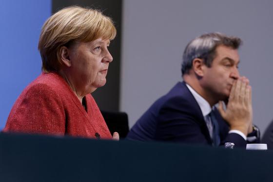 독일 앙겔라 메르켈 총리(왼쪽)와 기독사회연합(CSU)의 당수 마커스 죄더 독일 바이에른주 총리. AFP=연합뉴스