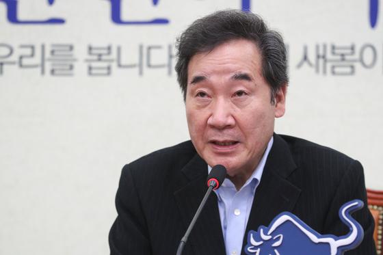 더불어민주당 이낙연 대표가 9일 서울 여의도 국회에서 열린 퇴임 기자회견에서 취재진과 질의응답을 하고 있다. 연합뉴스