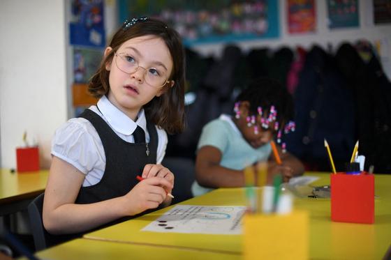 8일(현지시간) 영국 잉글랜드 전역의 모든 학교가 다시 문을 열었다. 지난 1월 봉쇄령 이후 약 두 달만이다. [AFP=연합뉴스]