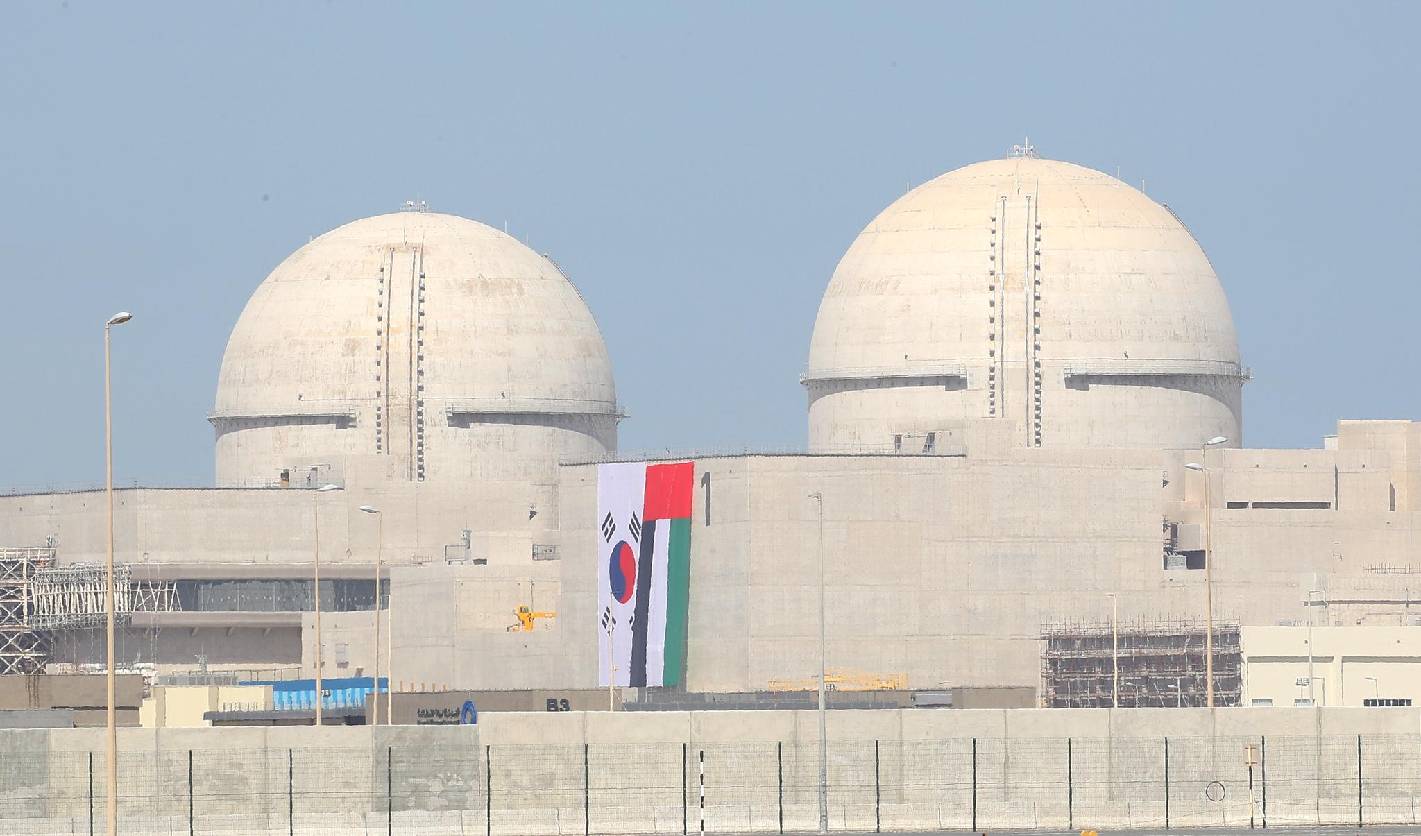 2018년 3월 건설이 완료된 바라카 원전 1호기(오른쪽) 모습. 왼쪽은 2호기. 연합뉴스