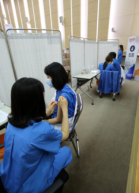 5일 서울 종로구 서울대병원에서 의사직과 간호직, 보건직 등 직원들이 아스트라제네카 백신 접종을 하고 있다. 뉴스1