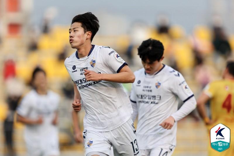 프로축구 울산 김민준(왼쪽)은 6일 광주전에서 프로 데뷔골을 터트렸다. [사진 프로축구연맹]