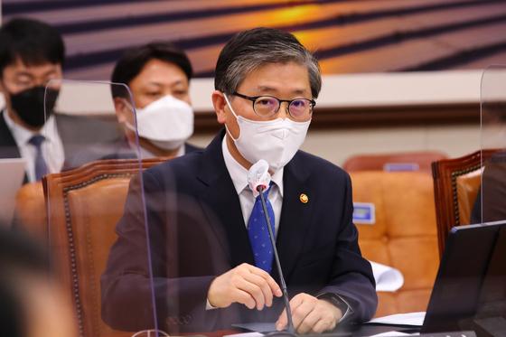 변창흠 국토교통부 장관이 9일 국회에서 열린 국토교통위원회 전체회의에서 의원들의 질문에 답변하고 있다. 뉴스1