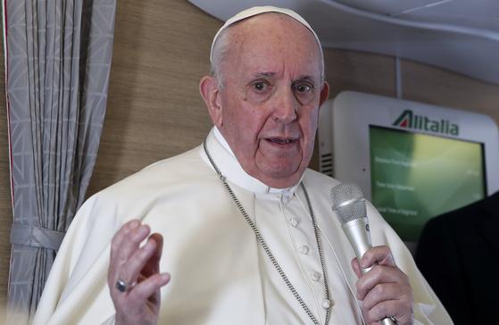 프란치스코 교황이 8일(현지시간) 이라크 방문을 마친 뒤 돌아오는 비행기 안에서 취재진에게 아야톨라 알리 알시스타니와의 만남에 대해 설명하고 있다. AP=연합뉴스