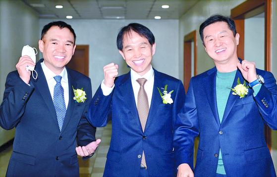 8일 열린 KAIST 이광형 신임 총장(가운데) 취임식에 제자인 김정주 NXC 대표(왼쪽)가 축사를 했다. 둘을 연결해 준 김영달 아이디스홀딩스 대표(오른쪽)도 참석했다. 프리랜서 김성태
