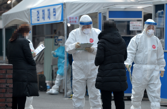신종 코로나바이러스 감염증(코로나19)이 확산하고 있는 가운데 8일 대전의 한 보건소 코로나19 선별진료소에서 의료진들이 방문한 시민들을 대상으로 검사를 진행하고 있다.김성태 기자