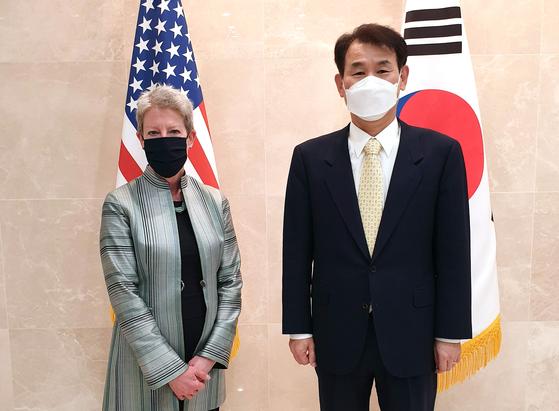 7일(현지시간) 미국 워싱턴DC에서 한·미 방위비분담금 협상에 합의한 정은보 협상대사(오른쪽)와 도나 웰턴 미국 대표. [사진 외교부]