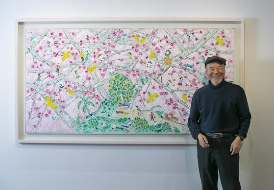 서울 한남동 가나아트의 두 전시장에서 동시에 전시를 열고 있는 이왈종 화백. 어린아이가 그린 것 같은 그의 그림엔 제주도에서의 삶과 작가의 철학적 사유가 고스란히 담겨 있다. 권혁재 사진전문기자
