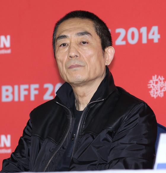 2014년 제19회 부산국제영화제 갈라 프레젠테이션에 초청된 영화 '5월의 마중' 기자회견에 참석한 장이머우 감독의 모습. '5월의 마중'은 장 감독과 배우 궁리가 오랜만에 다시 콤비를 이룬 영화였다. [중앙포토]