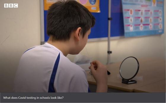 영국 정부는 학생들이 일 주일에 두 번씩 코로나19 테스트를 받게 해 8일부터 정상등교가 가능하도록 했다. 사진은 한 학생이 학교에서 신속 테스트를 받고 있는 모습. BBC