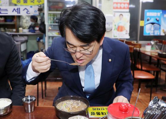 박용진 더불어민주당 의원이 제20대 대통령 선거를 1년 앞둔 9일 광주 서구 양동시장에서 일명 '노무현 국밥집'으로 불리는 식당을 찾아 식사하고 있다. 뉴스1