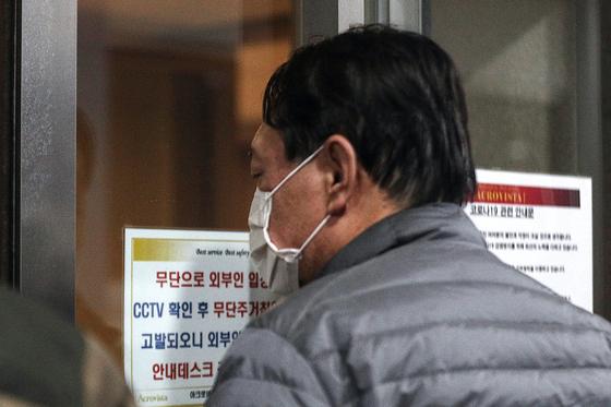 지난 4일 사퇴한 윤석열 전 검찰총장이 7일 서울 서초구 자택으로 들어가고 있다. 뉴스1